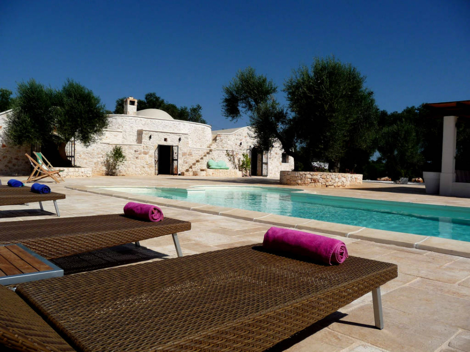 sunbeds-and-trullo